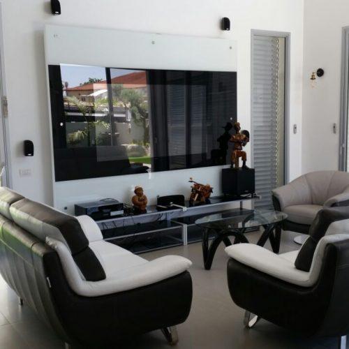 קיר זכוכית לטלוויזיה