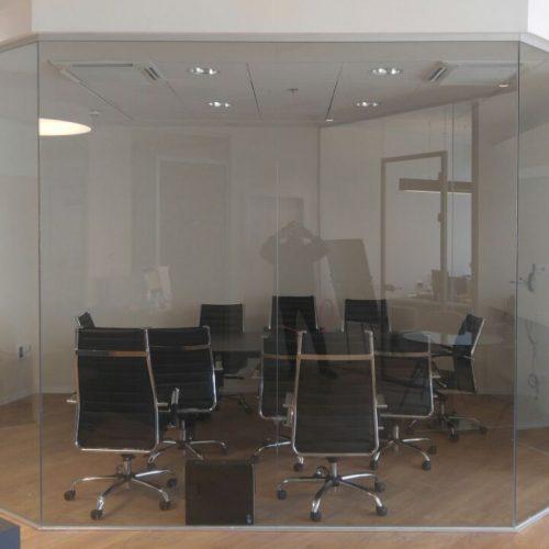 איך קיר זכוכית משדרג את מראה הבית או המשרד